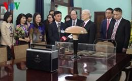 Tổng Bí thư Nguyễn Phú Trọng thắp hương tưởng niệm Bác Hồ