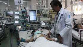 Hai quyết định đúng đắn trên bàn mổ cứu sống em bé bị thủng tim phổi