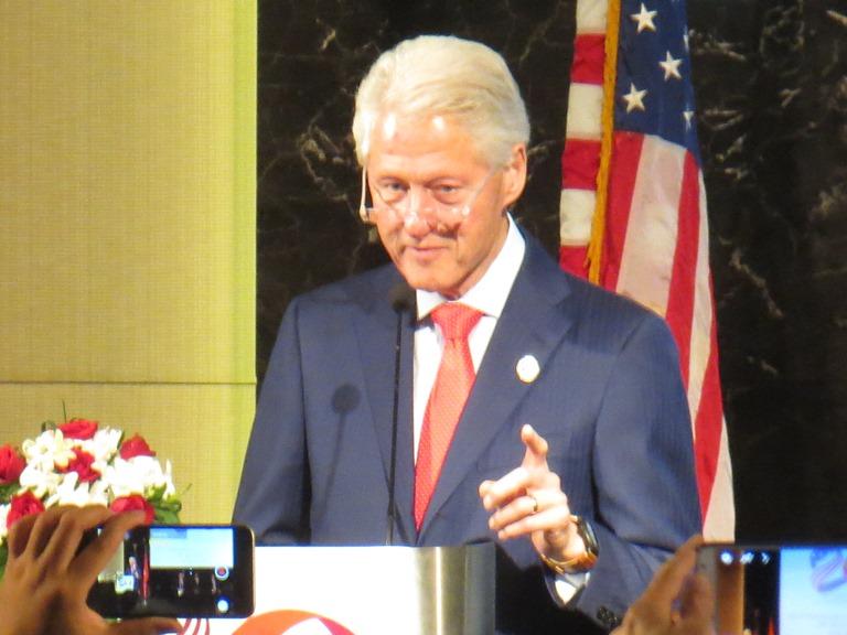 Cựu Tổng thống Mỹ Bill Clinton thăm Việt Nam: Nối dài *** bằng những vòng tay mở rộng