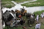 Kinh hoàng xe buýt rơi xuống cầu lật ngửa làm chết 11 người