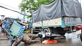 Xe tải húc 4 xe máy 3 người thương vong