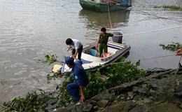 Người đàn ông nổi trên sông Sài Gòn đeo balô đá
