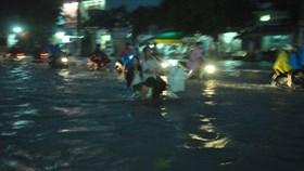 Mưa lớn Sài Gòn ngập khắp nơi