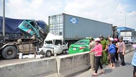 Tai nạn liên hoàn trên cầu Phú Mỹ - Tài xế chết trong buồng lái