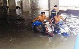 """Hàng ngàn xe máy chìm trong nước – Chủ bãi giữ xe đổ lỗi cho """"Ông Trời"""""""