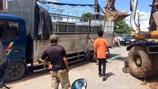 Kẹt xe trầm trọng vì xe tải lún xuống đường