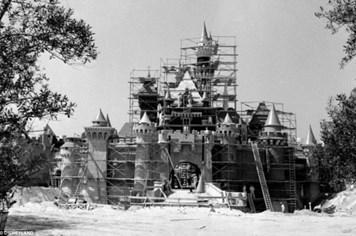 Kinh ngạc hình ảnh khởi đầu hiếm hoi của  Disneyland được công bố