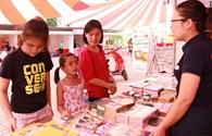 Hội chợ sách và sản phẩm dịch vụ cho trẻ em hút khách dưới trời nắng gắt