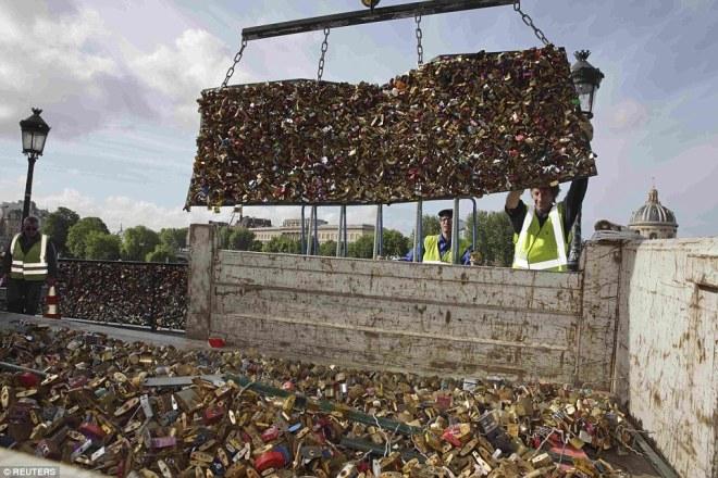 Người dân sốc khi ổ khóa tình yêu trên cây cầu huyền thoại ở Paris bị dỡ bỏ