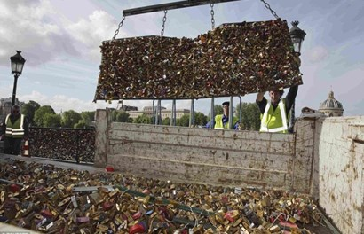 """Người dân """"sốc"""" khi ổ khóa tình yêu trên cây cầu huyền thoại ở Paris bị dỡ bỏ"""