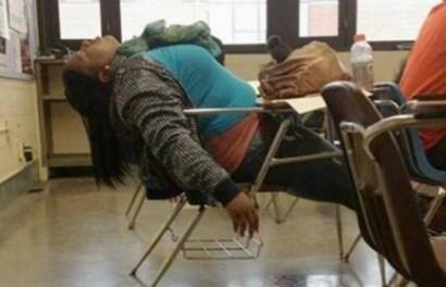 """Những tư thế ngủ gật """"kinh điển"""" của học sinh, sinh viên"""