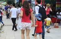 """""""Thiếu nữ"""" ăn vận quần soóc, váy ngắn đi lễ hội đền Hùng"""