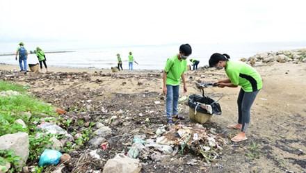 Nhân viên Amway Việt Nam làm sạch hơn 2.000m bãi biển và trồng 600 cây xanh