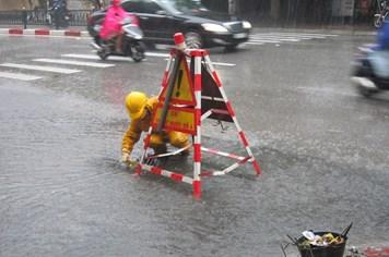 Cận cảnh công nhân dầm mình trong mưa bão để thoát nước cho Thủ đô