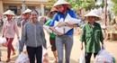 Hoa hậu Phạm Hương nhiệt tình, tràn đầy năng lượng trao quà cứu trợ người dân vùng lũ