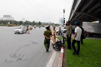Hà Nội: Hai xe máy đâm nhau, một người bay lên dải phân cách