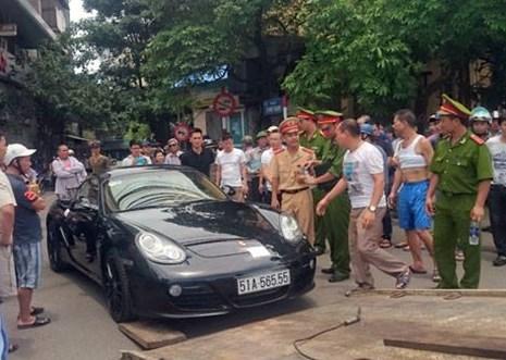 Đi vào đường cấm, tài xế xe Porsche cố thủ hơn 1h trong xe