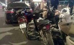 """Hà Nội: Xe ô tô """"điên"""" đâm hàng loạt xe máy, nhiều người bị thương"""