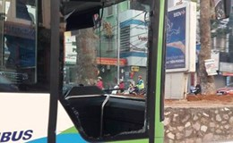 Xe buýt nhanh BRT bị vỡ tan cửa kính do va chạm với taxi