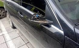 Bẻ trộm gương ôtô, rút dao đe dọa chủ nhưng bị người dân khống chế
