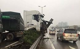 Xe container đâm nát dải phân cách ngay dưới chân cầu Thanh Trì