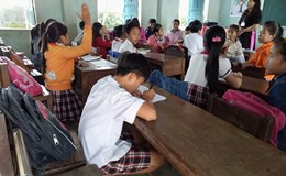 """Bàn ghế không đúng chuẩn, học sinh phải... khom, """"quỳ"""" để chép bài"""