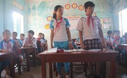 """Vụ học sinh phải…khom, """"quỳ"""" để chép bài vì bàn ghế thấp: Cấp lại bàn ghế thấp hơn!"""