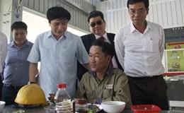 Chủ tịch Tổng LĐLĐ Việt Nam Bùi Văn Cường kiểm tra bữa cơm công nhân tại nhà máy ôtô Trường Hải