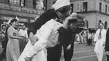 """Cô gái trong ảnh """"Nụ hôn trên Quảng trường Thời Đại"""" qua đời"""