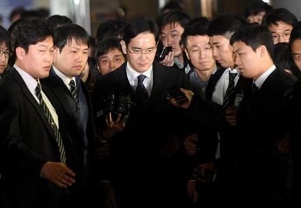 Hàn Quốc rúng rộng vì lãnh đạo Samsung bị bắt giữ - ảnh 1