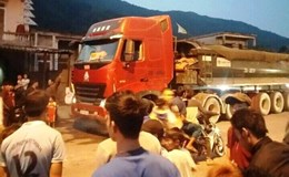 Dân liên tiếp chặn xe chở than vì gây ô nhiễm
