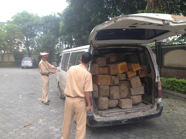 Hà Tĩnh: Truy đuổi nữ tài xế lái xe ôtô chở gỗ lậu lạng lách bỏ trốn