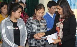 Quỹ TLV Lao động trao 120 suất quà của Hiệp Hội giao lưu Việt Nam tại Hàn Quốc cho bà con vùng lũ Hà Tĩnh