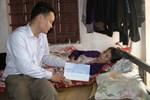 Trao gần 8 triệu đồng cho hoàn cảnh 2 con thơ mồ côi cha, mẹ liệt giường