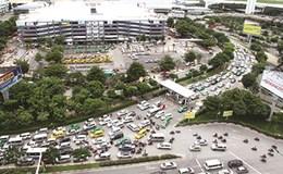 """""""Vỡ trận"""" quy hoạch taxi, giao thông TPHCM tắc nghẽn"""