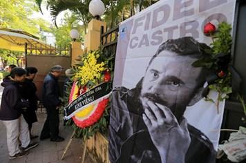 Người dân bật khóc khi viếng Fidel Castro tại Hà Nội