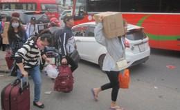Kẹt xe trầm trọng, khách bỏ xe vác hành lý chạy bộ vào bến