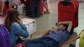 Hành khách vật vã chờ lên tàu ở ga Sài Gòn