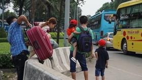 Hàng trăm hành khách lại vác hành lý đi bộ vào bến xe Miền Đông