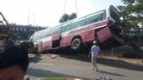 TPHCM: Xe khách lao xuống kênh Tàu Hủ, tài xế và phụ xe thoát chết