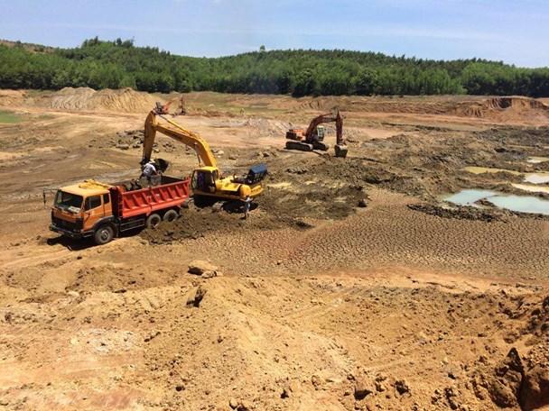 Xe tải chở đất bùn khai thác trái phép tại lòng hồ thủy lợi Hố Dọc để đôn nền đường cao tốc. Ảnh: Thanh Hải