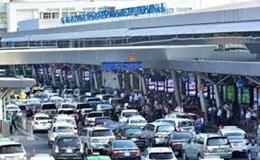 """""""Nạn"""" xe công ở sân bay Tân Sơn Nhất"""