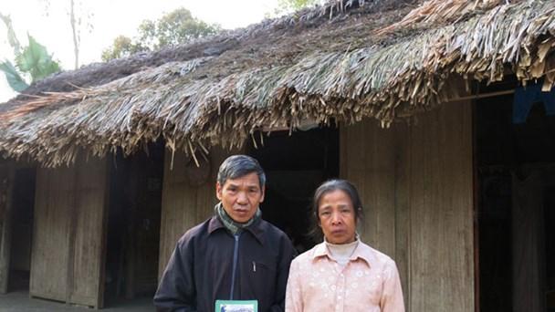 Vợ chồng ông Hiện ốm đau bệnh tật bên căn nhà rách, trước khi báo Lao Động vào cuộc.