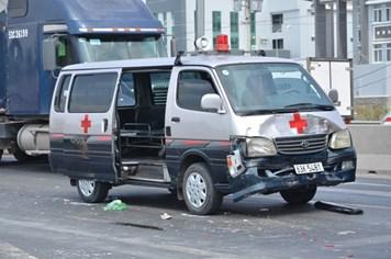 Xe cứu thương húc 2 ôtô dừng đèn đỏ trên đường dẫn cao tốc