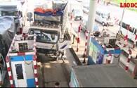 Video: Kinh hoàng xe tải mất lái đâm vào xe cùng chiều, húc thẳng chốt trạm thu phí