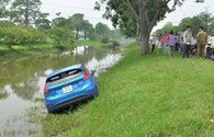 """Bị xe """"hổ vồ"""" húc từ phía sau, xe 4 chỗ bay xuống mương nước"""