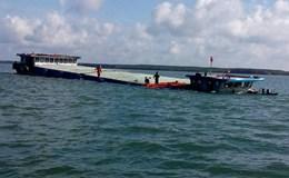Cứu 4 thuyền viên trên sà lan bị tàu đâm chìm lúc rạng sáng