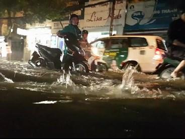 Xe máy chìm nghỉm trong mưa lớn ở Sài Gòn
