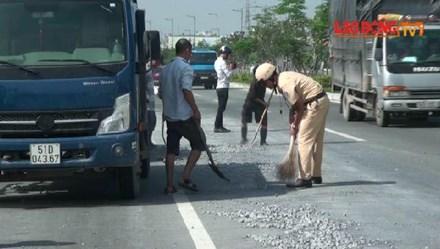 Hàng chục CSGT quét đá dăm trên đường Phạm Văn Đồng
