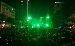 Chùm ảnh: Hàng vạn người đổ về phố đi bộ đón chào năm mới